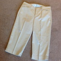 """Off White Docker Capris Mid rise curvy capris with a 19"""" inseam. Sized as an 8P Dockers Pants Ankle & Cropped"""