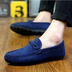 Mocassim Masculino de Camurça  #modamasculina #moda #sapatos #sapatomasculino #lookmasculino #lookdodia #dicasdemoda #mocassim #estilo Mens Fashion Shoes, Men S Shoes, Fashion Flats, Men's Fashion, Branded Shoes For Men, Casual Shoes, Men Casual, Shoe Brands, Loafers Men