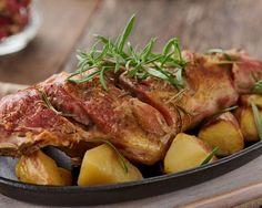 Hacer este cabrito al horno al estilo segoviano es más fácil de lo que crees!!     #CabritoAlHornoEstiloSegoviano #CabritoSegoviano #RecetasDeCabrito #RecetasDeCarne #RecetasEspañolas #CocinaEspañola Bouquet Garni, Lamb, Turkey, Bbq, Pork, Chicken, Meat, Barbecued Lamb, Sugar