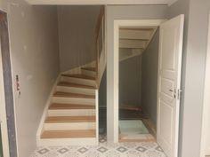Small Room Design, My Home Design, Home Interior Design, Closet Under Stairs, Bathroom Under Stairs, Modern Stair Railing, Modern Stairs, Spiral Stairs Design, Staircase Design