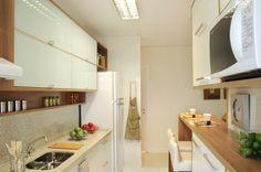 Cozinha americana com mancada de madeira, projeto de Rosely Pardini Gallo Rech