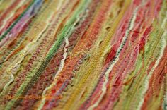 Меня часто спрашивают, как я делаю ткань для своих работ. Делюсь. Ничего сама, в принципе особо не изобретала. Эту технику часто используют американские мастерицы. Расскажу, как делаю ее я. техника в общем-то похожа на пиццу. Нам понадобится: ткань основа; клеевая паутинка; лоскуты различных тканей; фатин или органза; нитки различных цветов (для машинки); пряжа различная; бумага для выпечки; Как делать: Кладем на стол основную ткань, у меня бязь.