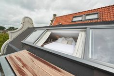 i Amsterdam, Holland. Brand new loft, located at a canal in the city centre of Amsterdam. Appartment is located in a creative, young neighborhood in the center/Jordaan. Supermarkets, restaurants, public transport and the lovely Westerpark are all around the corner.  BO...