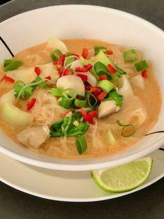 Curry laksa soep met kip. Curry laksa soep met kip is een gezonde maaltijdsoep uit Zuid-Oost Azië. In een half uurtje dampt ze aangenaam in je bord. #Aziatisch #kip #laksa #paksoi Laksa Soup, Curry Laksa, Curry Soup, Chicken Laksa, Chicken Soup, Surprise Recipe, Spicy, Good Food, Stuffed Peppers