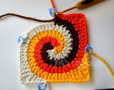 Crochet between worlds: Pattern: Solid Spiral Granny Square (translated from Patty Crochète) Crochet Motifs, Crochet Blocks, Granny Square Crochet Pattern, Crochet Stitches Patterns, Crochet Squares, Crochet Designs, Granny Squares, Crochet Granny, Spiral Crochet