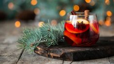 Glühwein mit Gin – das Rezept   ELLE Fruit Drinks, Alcoholic Drinks, Cocktails On The Rocks, Winter Cocktails, Cheap Wine, Mulled Wine, Food Trends, Gin And Tonic, Vegan Sweets