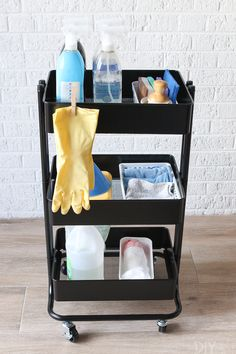 cleaning supplies Create a cleaning station using a rolling cart. Love this idea to hold all of your cleaning supplies and you can even roll it from room to room as you clean! Cleaning Cart, Cleaning Supply Storage, Cleaning Hacks, Organizing Cleaning Supplies, Dorm Cleaning, Cleaning Cupboard, Organizing Life, Cleaning Closet, Kitchen Cleaning