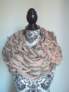 Sciarpa infinity arm knitting  col. cipria beige di Armonieinlilla