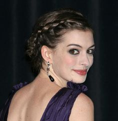 Anne Hathaway wares her hair in a beautiful braid into a bun! ¡Anne Hathaway peina su c Trending Hairstyles, Latest Hairstyles, Braided Hairstyles, Braided Updo, Updo Hairstyle, Braid Hair, Braided Crown, Bun Updo, Bridal Hairstyle