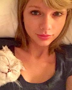 Even with the wonders of filtering, it takes a bold lady to share a straight-out-of-bed selfie. But that's just what Taylor Swift did on Thursday, March 5, when she awoke to find her cat, Meredith Grey, sleeping soundly on her shoulder.