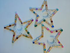 Best Decoration Ideas for Ramadan will travel you back from time to time; & for sure you will recall all of your Ramadan memories when you were kid. Eid Crafts, Ramadan Crafts, Holiday Crafts, Ramadan Activities, Craft Activities, Moon Activities, Teaching Activities, Teaching Kindergarten, Popsicle Stick Crafts