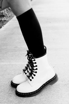 White doc martens with overknees Sock Shoes, Cute Shoes, Me Too Shoes, Shoe Boots, Shoes Boots Combat, Dress Boots, Ugg Boots, Dr. Martens, Dr Martens 1460