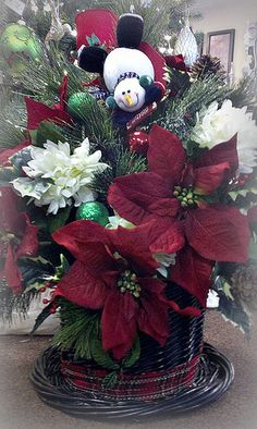 Clever use of vine wreath and basket. Christmas Swags, Christmas Flowers, Christmas Hat, Christmas Holidays, Handmade Christmas Crafts, Christmas Projects, Holiday Crafts, Christmas Floral Designs, Christmas Floral Arrangements