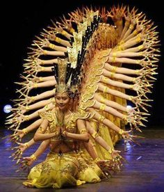 Chinese dance troupe performs the famous dance of a thousand-hand Bodhisattva Kuan Yin, the Goddess of Mercy. We Are The World, People Of The World, Dance Art, Ballet Dance, Folk Dance, Tableaux Vivants, Chinese Dance, Photos Originales, Photo Portrait
