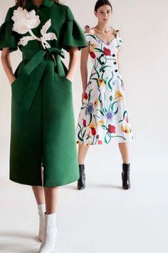 Carolina Herrera 2018 Look- Fashion news, street style, models, accessories Look Fashion, Fashion News, Fashion Show, Womens Fashion, Fashion Design, Fashion Trends, Fashion Black, Fashion Lookbook, Cheap Fashion