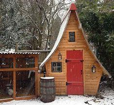 Prachtig kippenhok met een hoog puntdak. Farm Animals, Outdoor Spaces, Ranch, Shed, Outdoor Structures, Cabin, Chicken, House Styles, Barns