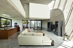 Polybeton past perfect in een moderne woonkamer. Bekijk hier hoe een gepolierde betonvloer eenheid en warmte brengt in een strakke living.