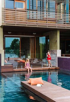 20 pool design ideas that will make you want to take the plunge Small Backyard Pools, Swimming Pools Backyard, Swimming Pool Designs, Pool Decks, Glass Pool Fencing, Kidney Shaped Pool, Mission Style Homes, Brick Cladding, Family Pool