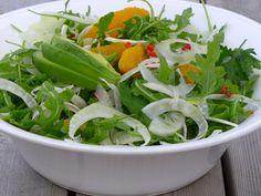 Fennikel, rucola og appelsinsalat (english text below) En frisk og deilig salat som passer perfekt til f.eks hjemmelaget pizza, pai eller en enkel fiskerett. Du trenger: 1 stor fennikel, i så tynne…