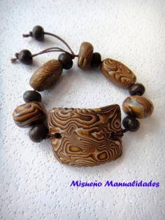 """Pulsera técnica """"aguas"""" de Fimo en marrón.  www.misuenyo.com / www.misuenyo.es"""