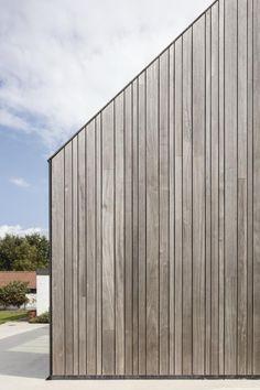 Declerck-Daels Architecten – Expansion home. Wooden Cladding Exterior, Larch Cladding, Wooden Facade, House Cladding, Exterior Siding, Cafe Exterior, Restaurant Exterior, Exterior Stairs, Exterior Paint