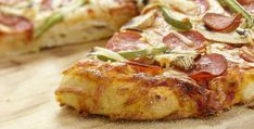 Everybody loves pizza, and this delicious recipe is no exception. Prepare the dough in your bread machine, add your favourite toppings and get ready to enjoy! Dough Machine, Meal Planning Website, Healthy Foods To Eat, Healthy Recipes, Great Recipes, Favorite Recipes, The Last Meal, Bread Machine Recipes