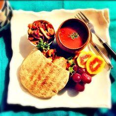チキンガーリックソテーのピタサンド、トマトたっぷりスープ、しめじとベーコンのソテーレインボーレッド、ぶどう  初めて、レインボーレッドってゆうキウイ買ったけど、甘くて超美味しかった 中心が赤くてかわゆし( ்▿்)✨ - 59件のもぐもぐ - 今日の朝ごはん〜Today's breakfast〜 by sachie