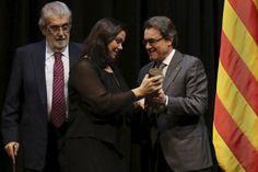 El president de la Generalitat, Artur Mas, ha lliurat aquest vespre el Premi de les Lletres Catalanes Ramon Llull 2014 a l'escriptora mataronina Care Santos, que ha estat distingida per la novel·la Desig de xocolata.