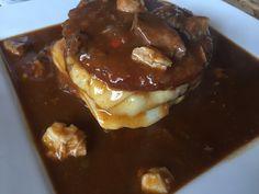 Guláš původně pochází z Maďarska. Oblibu si získal i v našich českých kuchyních. Připravuje se jak z masa vepřového, hovězího či také ze zvěřiny. Základem je, ale dobré kvalitní maso a cibule. Zkuste náš vepřový guláš top recept.  A jako přílohu si dopřejte malé bramboráčky. Pudding, Food, Essen, Puddings, Yemek, Meals