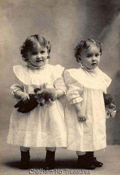 Antique Cabinet Photo of Twin Girls w Their Little Toy Dolls Vintage Children Photos, Vintage Twins, Vintage Pictures, Old Pictures, Vintage Images, Old Photos, Victorian Photos, Antique Photos, Vintage Photographs