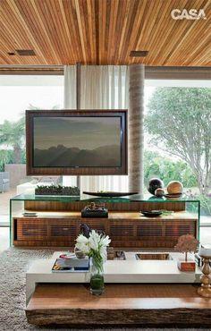 Buena idea para cuando no se tienen la suficiente pared x una en vidrio. Puede hacerse también movible con ruedas en el mueble que sostiene el tv