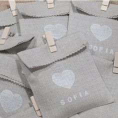 Cute little bags - Love the personalised print too Baby Baptism, Christening, Soirée Pyjama Party, Baby Shawer, Ideas Para Fiestas, First Communion, Baby Party, Jewelry Packaging, Party Gifts