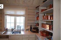 Hyttekjøkken med åpne hyller - lyst beisa Kitchen Cabinets, Table, Furniture, Home Decor, Beige, Decoration Home, Room Decor, Cabinets, Tables