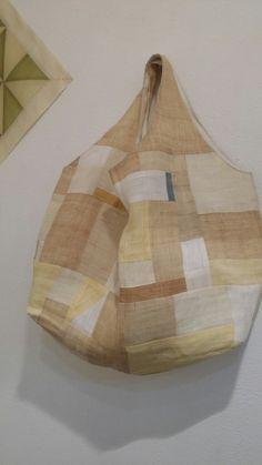 일상에서 즐기는 보자기 패치워크의 저자 이경옥 작가님의 전시가 5월8일 일요일까지 열립니다. Diy Bags Patterns, Diy Bags Purses, Flower Embroidery Designs, Fashion Sketchbook, Boho Bags, Japanese Embroidery, Fabric Squares, Fabric Manipulation, How To Dye Fabric