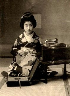 GEISHA GIRL DOWNLOADING SOME MUSIC INTO AN ENVELOPE by Okinawa Soba, via Flickr