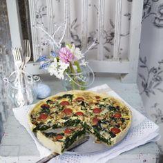 Spinat-Gorgonzola-Quiche mit Kirschtomaten und Pinienkernen Rezept | LECKER