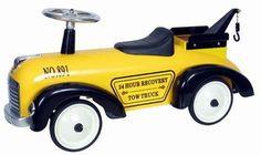 Marquant Takelwagen 891 Tow Truck, Retro Loopauto. Gebaseerd op de stijl van takelwagens van vroeger, is deze kinderreplica een prachtig exemplaar voor jong om zich heerlijk mee te vermaken. Een kind kan zich met deze wagen leuk een takelman voelen door de haak die d'r opzit waar echt dingen mee getakeld kunnen worden.