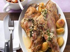 Zickleinbraten mit Kartoffeln ist ein Rezept mit frischen Zutaten aus der Kategorie Wild. Probieren Sie dieses und weitere Rezepte von EAT SMARTER!