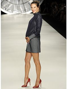 5 Months Pregnant Alessandra Ambrosio Walks The Runway at Sao Paulo Fashion Week (Steals Our Hearts With Smile) Celebrity Maternity Style, Celebrity Moms, Maternity Fashion, Pregnancy Fashion, Maternity Styles, Maternity Outfits, Maternity Photos, Alessandra Ambrosio, Fashion Week