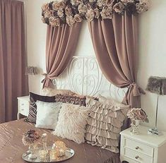 Valance over window? Match same flowers used to make the lamps Home Curtains, Curtains Living, Window Drapes, Curtain Styles, Curtain Designs, Curtain Ideas, Home Bedroom, Bedroom Decor, Rideaux Design