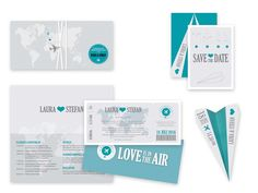 Mit diesem ausgefallenen Einladungs-Set in der Optik eines Flugtickets inklusive Ticketumschlag und Save-the-Date-Karte mit Faltanleitung als Papierflieger überrascht ihr eure Gäste mit Sicherheit....