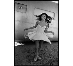 Milla Jovovich photographiée par Peter Lindbergh pour la série Lolita du numéro de mai 1990 de Vogue Paris http://www.vogue.fr/mariage/inspirations/diaporama/muses-en-blanc-dans-vogue-paris-mariage-mariee-isabeli-fontana-zuzanna-bijoch-magdalena-frackowiak-eva-herzigova-milla-jovovich/15534/image/867570