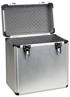 This flight case features a shiny textured aluminium finish and has a soft plastic lining to ensure maximum protection of your vinyls. The case is lockable and comes with a set of 2 keys.