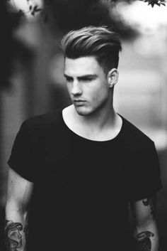 Pompadour Hairstyle For Men - Taglio Capelli Uomo Mens Haircuts Wavy Hair, Mens Slicked Back Hairstyles, Mens Hairstyles Pompadour, Popular Mens Hairstyles, Wavy Hair Men, Haircuts For Men, Wavy Hairstyles, Skin Fade With Beard, Low Skin Fade