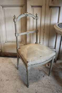 French grey painted chair - like color Painted Chairs, Painted Furniture, Furniture Design, Decoration Gris, Vibeke Design, French Chairs, Shabby Chic Kitchen, French Furniture, Take A Seat