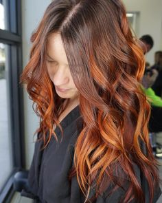 This fiery auburn red balayage pairs gorgeously with this rich chocolate brunett… - Modern Copper Brown Hair, Brown Blonde Hair, Brunette Hair, Hair Color Auburn, Ombre Hair Color, Brown Hair Colors, Auburn Red, Baliage Hair, Red Balayage Hair