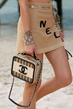 The complete Chanel Spring 2019 Ready-to-Wear fashion show now on Vogue Runway. The complete Chanel Spring 2019 Ready-to-Wear fashion show now on Vogue Runway. Trend Fashion, Chanel Fashion, Fashion Bags, Fashion Accessories, Paris Fashion, Fashion 2018, Fashion Jewelry, Fashion Outfits, Karl Lagerfeld