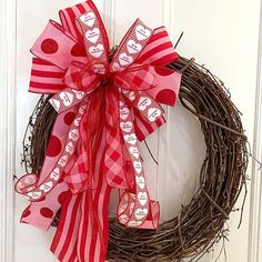 Here you'll find 23 Valentine's Day decorations and ideas - there are DIY projects, subtle decor ideas and decorations for those who love to go all out. Living Room Decor Next, Photo Booth Background, Valentine's Day 2018, Heart Cushion, Pink Candles, Felt Garland, Diy Bottle, Valentine Special, Valentines Day Decorations