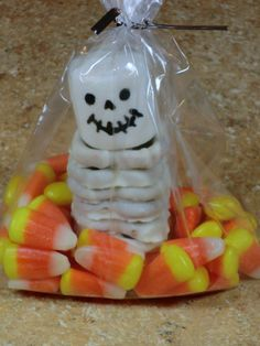 Pretzel Skeleton Treat Bags: Use an edible marker for the face, and white chocolate coated pretzels stacked for the body. Cute! These treat bags are easy to make and are perfect for a kids Halloween party.