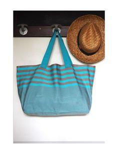 Ce grand sac cabas bleu et gris sera parfait pour vos sorties à la plage, pour vos courses, où pour partir en week-end !  Cette toile de transat est déperlante, anti-tâche et - 18082405